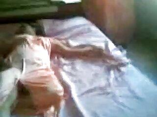 Tracy se sienta en una gran silla azul en el videos caseros de mexicanas cogiendo medio de la habitación . (2013)